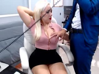 mssblondiee_ milf cam girl with a nice face doing naughty things live on camera