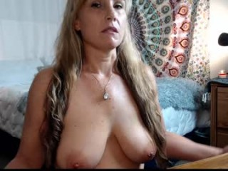 anessasaint sexy milf cam girl that loves double penetration action live on cam