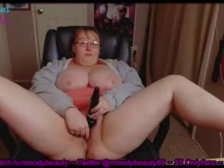 moodybeauty69 BBW teasing her pussy live on sex cam