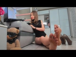 wow-mistress seductress showing off her immaculate, sexy feet live on cam