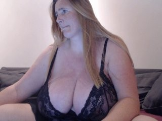 xxnikkie doing it solo, pleasuring her little pussy live on webcam