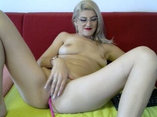sexyamanda4y blonde and her wet little pussy, live on webcam