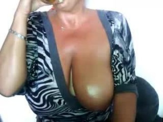 lovely_sierra live sex cam perfect  mature cam girl in a revealing bra