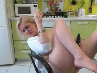 xxx_cristy_xxx milf cam girl seductress showing off her immaculate, sexy feet live on cam