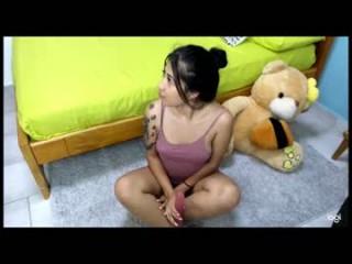 loren_w live sex cam perfect  young cam girl in a revealing bra
