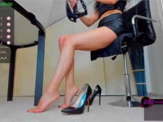 deliciousfeetx seductress showing off her immaculate, sexy feet live on cam