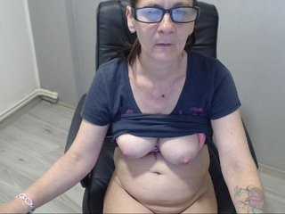 sexoldness mature cam girl with a hairy pussy teasing it on a sex cam